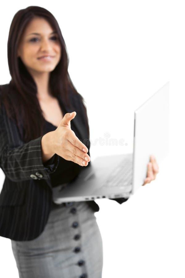 Hembra hispánica del negocio en el ordenador portátil geturing un apretón de manos imagen de archivo libre de regalías