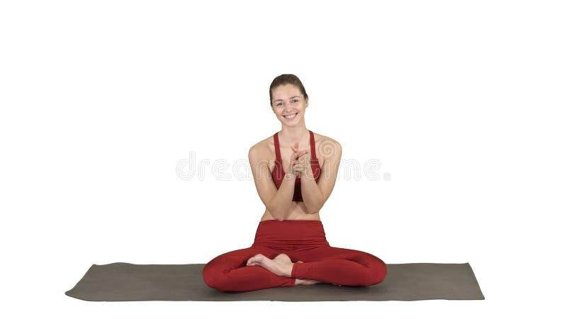 Hembra joven alegre positiva en manos que aplauden de la actitud de la yoga y sonrisa en el fondo blanco fotografía de archivo libre de regalías