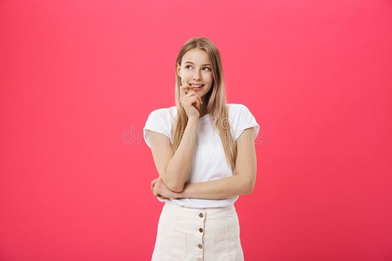 Hembra joven de moda que lleva la ropa casual que presenta sobre fondo rosado imagenes de archivo