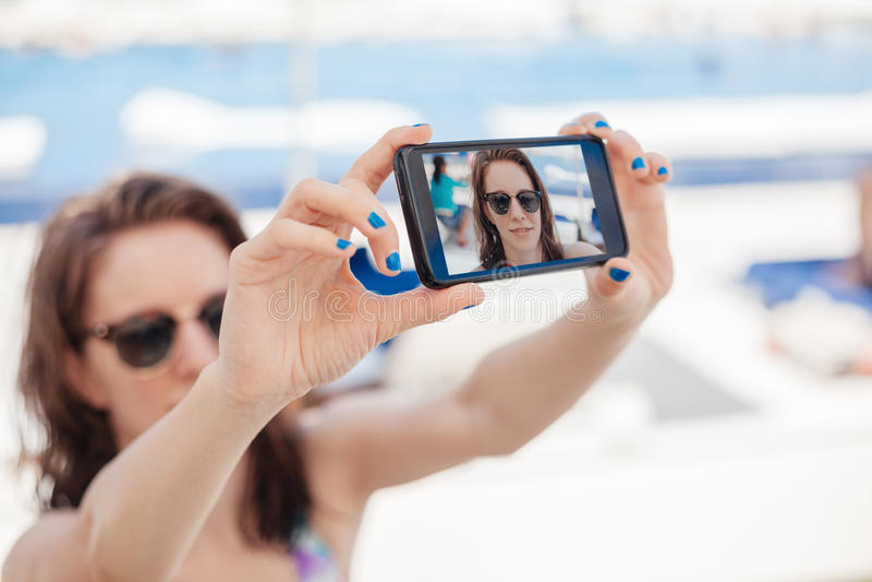 Hembra joven en la costa que toma Selfie fotos de archivo libres de regalías