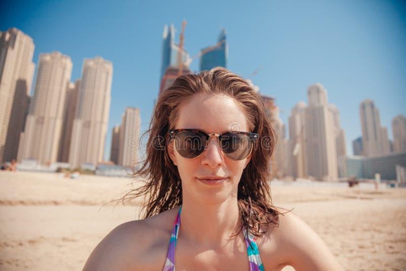 Hembra joven en la costa que toma Selfie imagenes de archivo