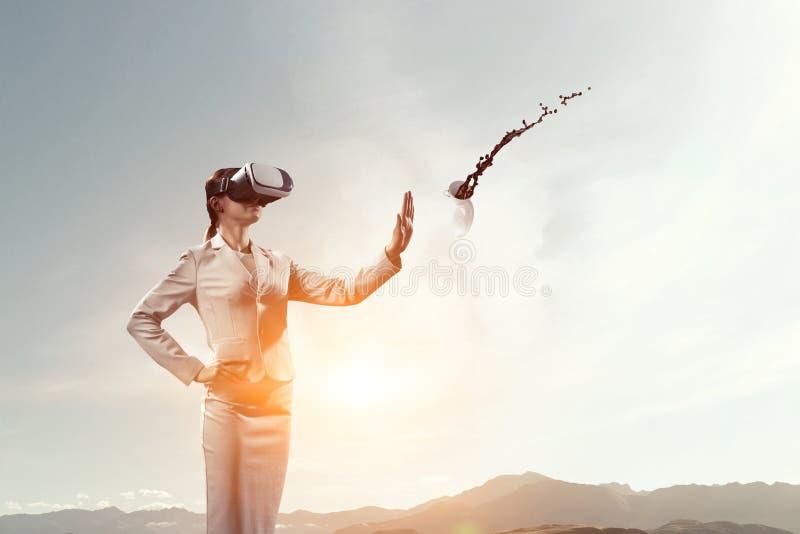 Hembra joven en realidad virtual imagen de archivo
