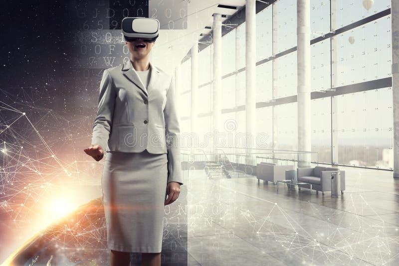 Hembra joven en realidad virtual imagen de archivo libre de regalías