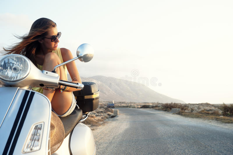 Hembra joven en viaje de la motocicleta imagenes de archivo