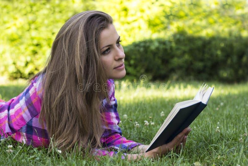 Hembra joven hermosa con el libro en las manos imagen de archivo