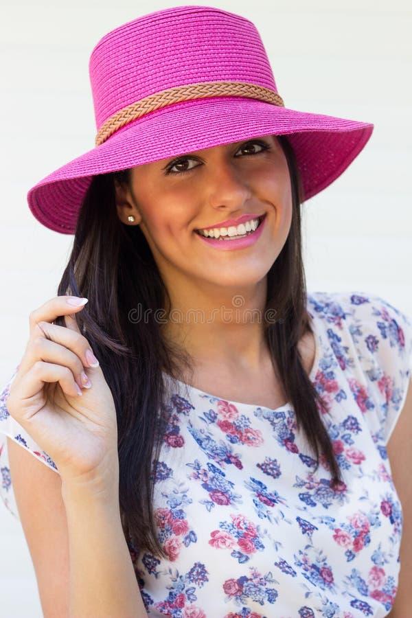 Hembra joven hermosa que lleva un sombrero fotos de archivo libres de regalías