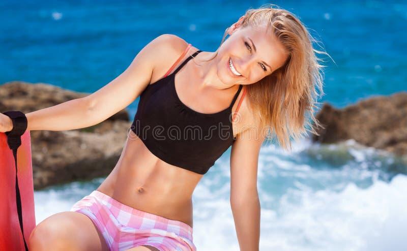 Hembra linda feliz en la playa fotos de archivo libres de regalías