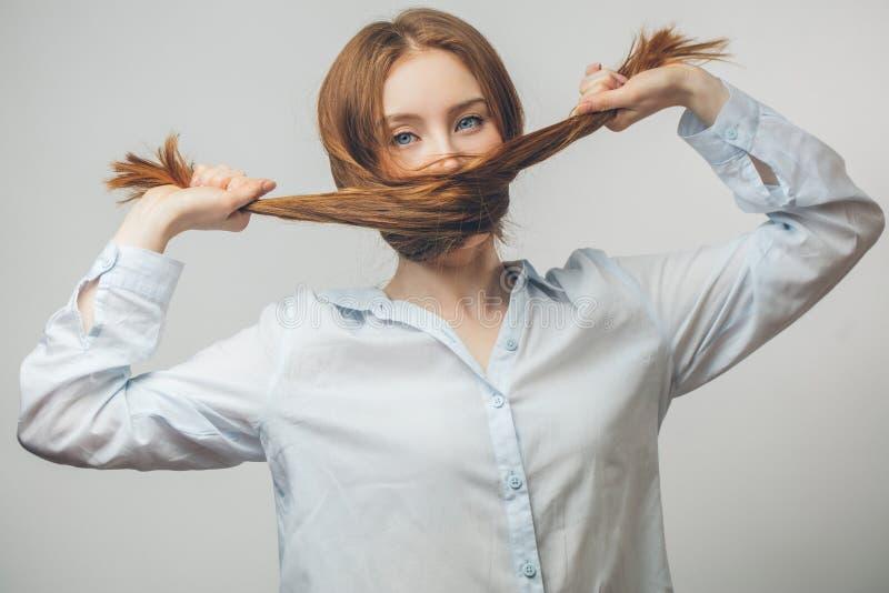 Hembra modelo hermosa con el pelo largo recto del jengibre grueso imágenes de archivo libres de regalías