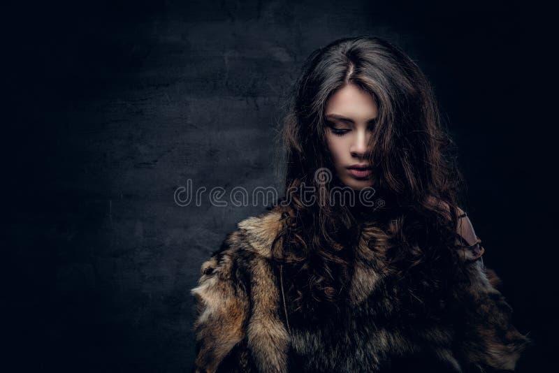 Hembra morena vestida en una chaqueta de la piel fotos de archivo