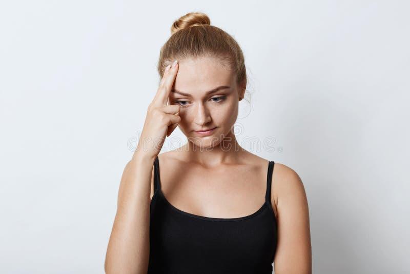 Hembra pensativa del trastorno con el nudo del pelo, teniendo algunos problemas en su vida, pensando sobre cómo solucionarlos, mi foto de archivo