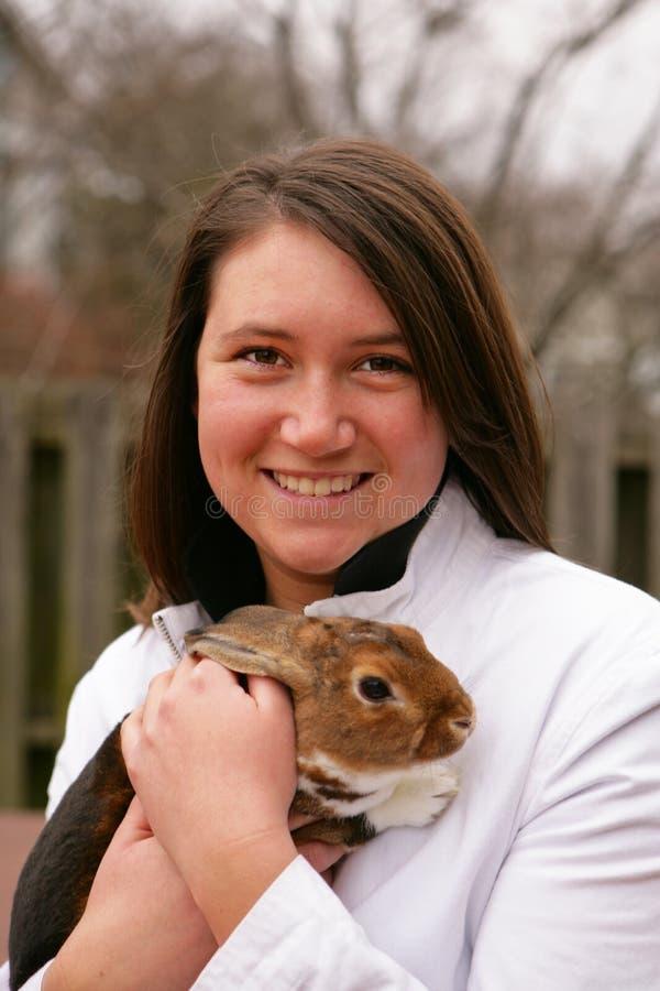 Hembra que sostiene un conejo imagen de archivo libre de regalías