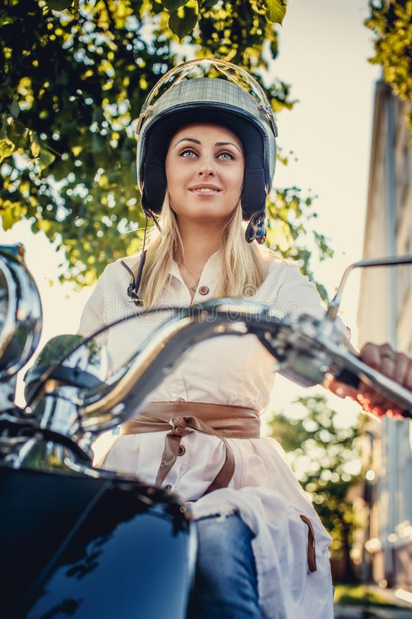 Hembra rubia en casco del moto fotos de archivo