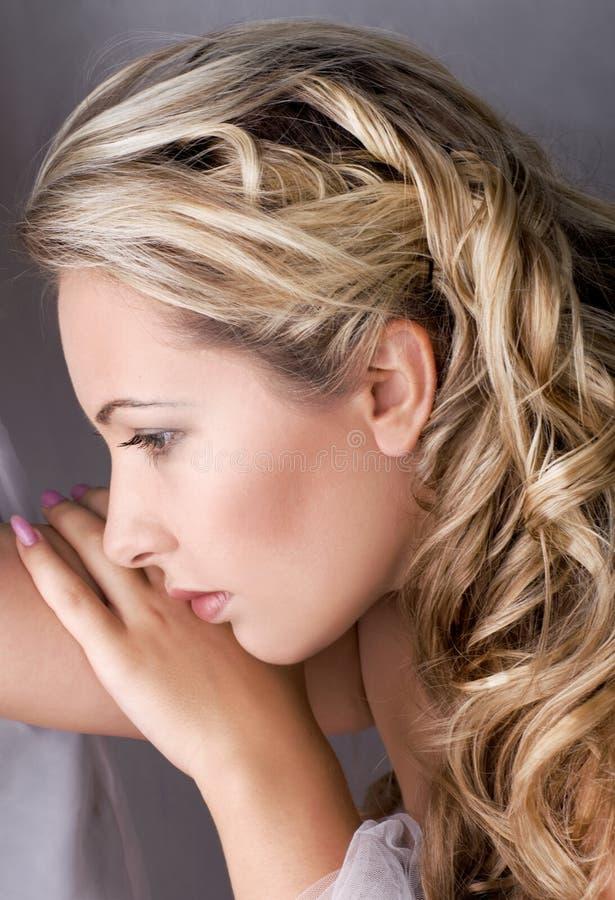 Hembra rubia hermosa con el pelo largo fotos de archivo libres de regalías