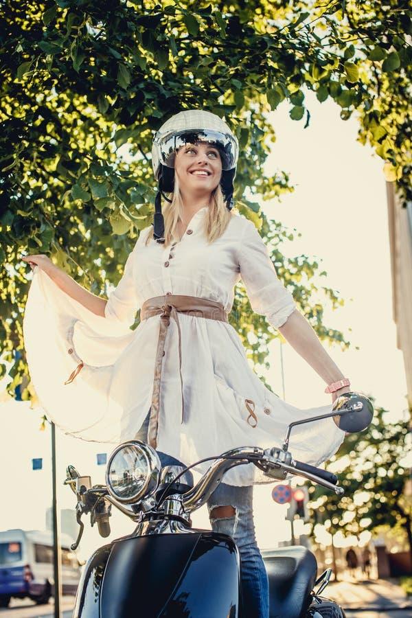 Hembra rubia sonriente en el vestido blanco fotos de archivo