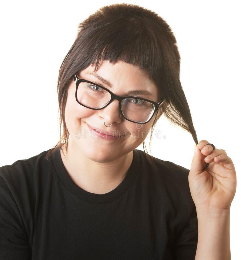 Hembra sonriente que juega con el pelo imagen de archivo libre de regalías