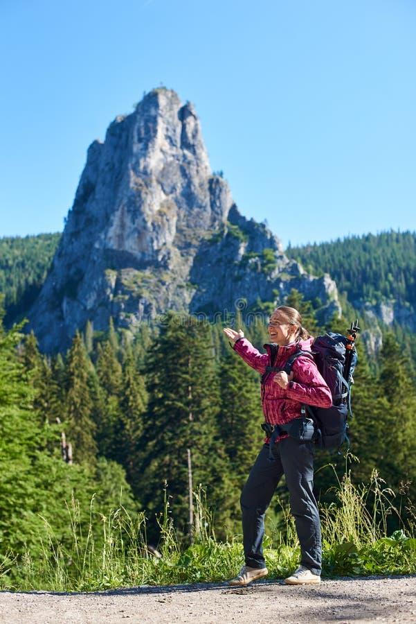 Hembra turística feliz en el parque nacional Rumania de Cheile Bicazului-Hasmas foto de archivo