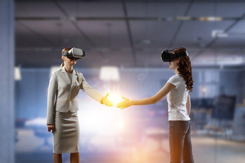 Hembras jovenes en realidad virtual fotos de archivo