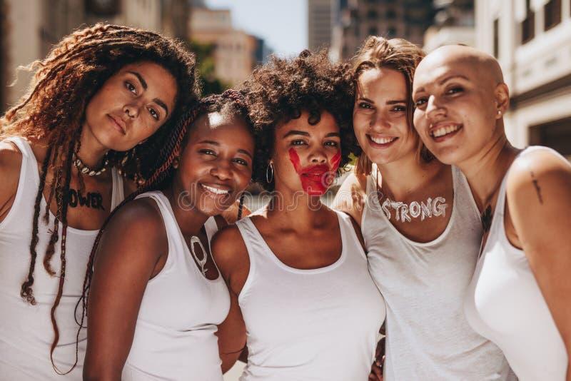 Hembras sonrientes que protestan para las derechas de las mujeres fotografía de archivo libre de regalías