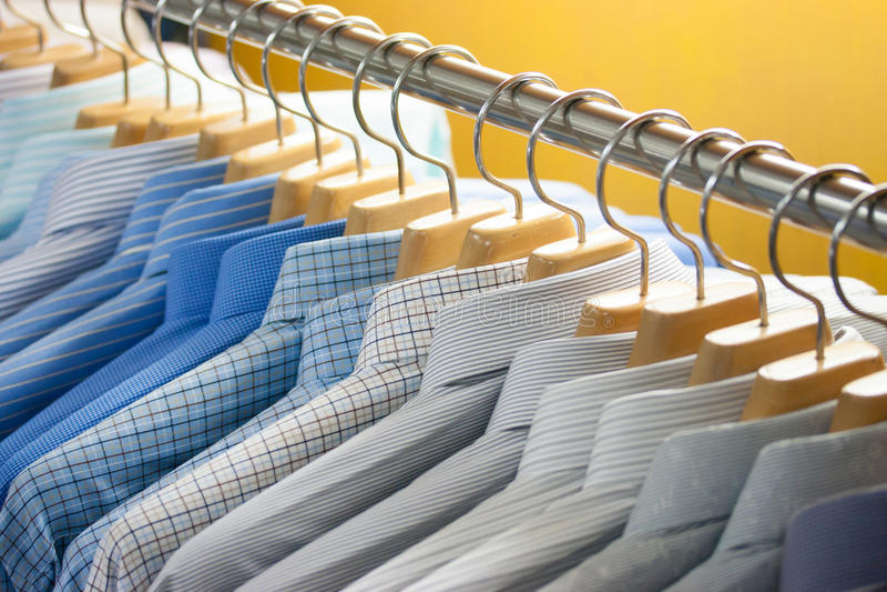 Hemd auf Aufhängern stockfotografie