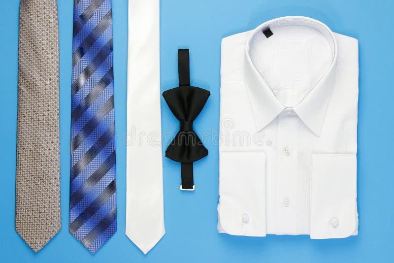 Hemd des weißen Mannes mit Bogen und Bindungen stockbild