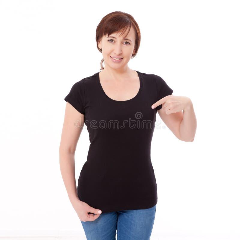Hemddesign und Leutekonzept - nah oben von der Frau in leerer schwarzer T-Shirt Front lokalisiert Säubern Sie leeren Spott herauf stockfoto
