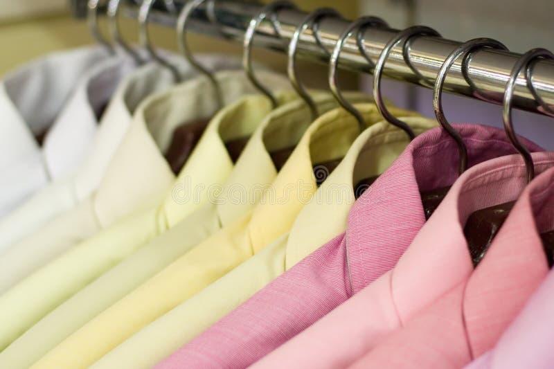 Hemden auf Aufhängungen lizenzfreie stockfotos