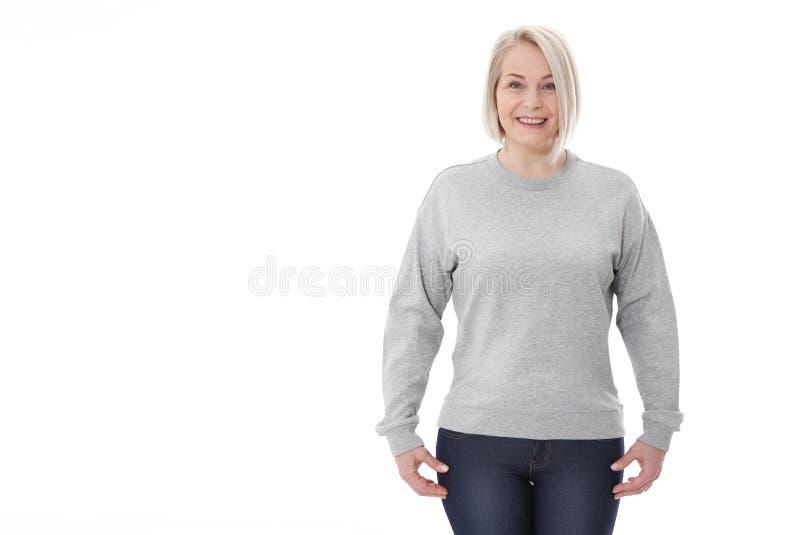 Hemdentwurf und Modekonzept Frau im grauen Sweatshirt, graue Kapuzenpullis, freier Raum auf weißem Hintergrund lizenzfreie stockfotos