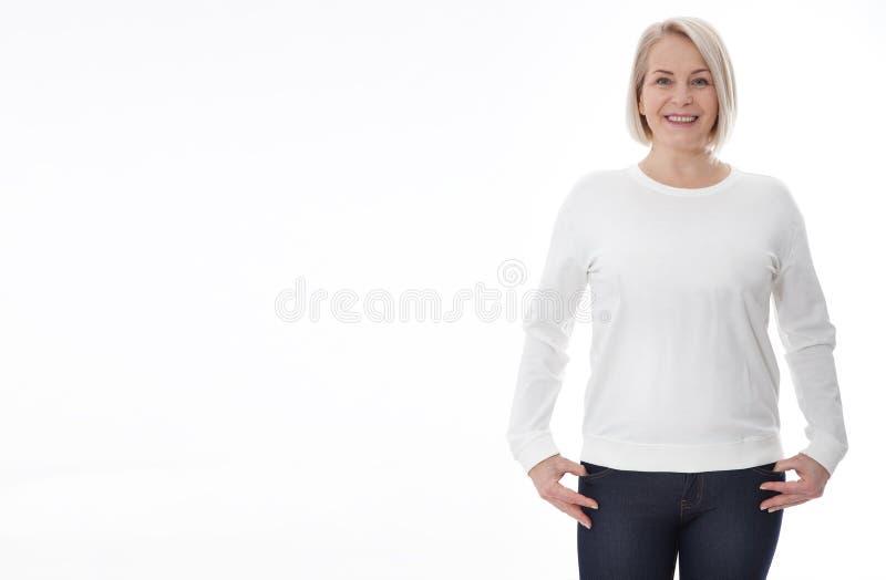 Hemdentwurf und Modekonzept Frau im weißen Sweatshirt, weiße Kapuzenpullis, freier Raum auf weißem Hintergrund lizenzfreies stockfoto