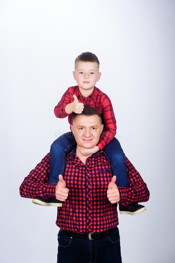 Hemdfamilien-Blickausstattung des kleinen Sohns des Vaters rote Beste Freunde f?r immer Vati, der entz?ckendes Kind huckepack tr? stockbild