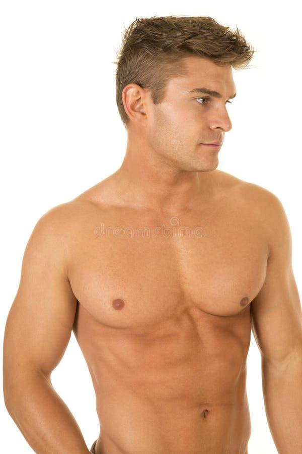Hemdlose Blickseite des oberen Körpers des starken Mannes lizenzfreie stockfotos