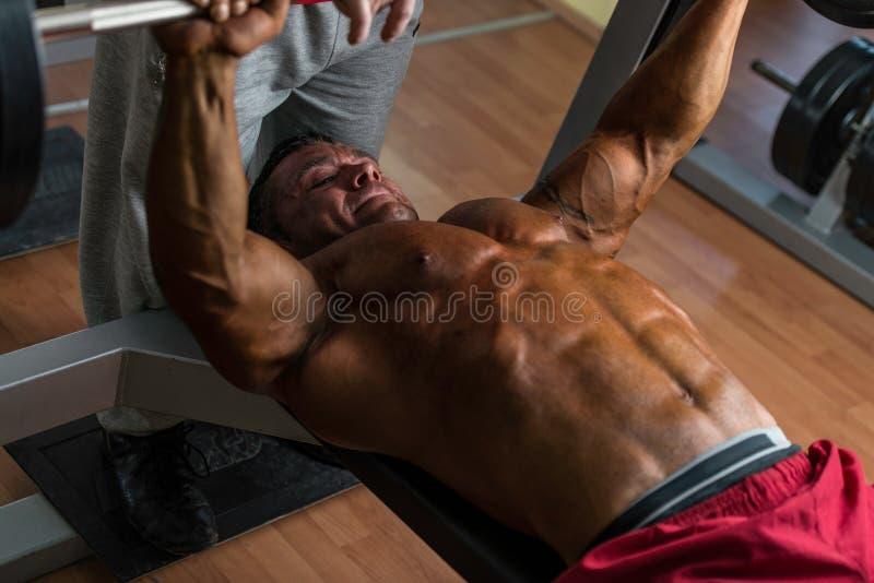 Hemdloser Bodybuilder, der Bankdrücken für Kasten tut lizenzfreies stockfoto