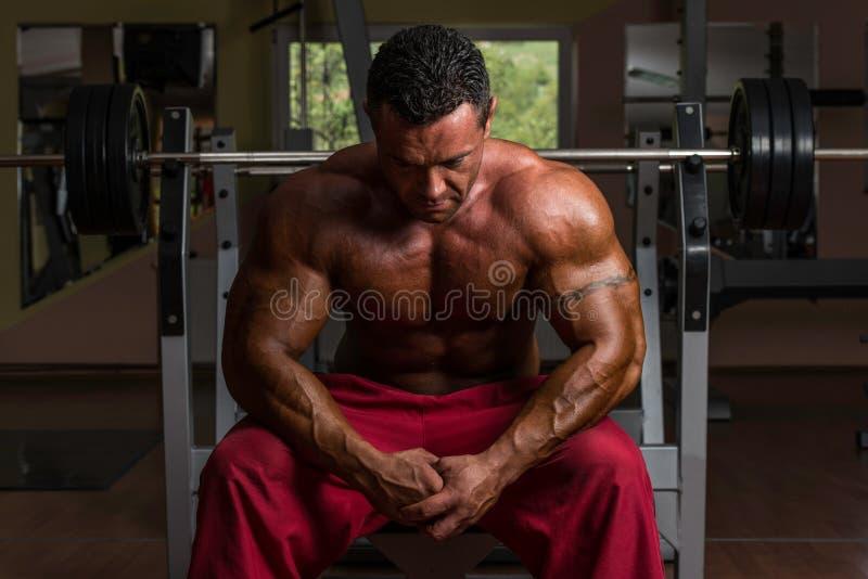 Hemdloser Bodybuilder, der an der Bank stillsteht lizenzfreies stockfoto