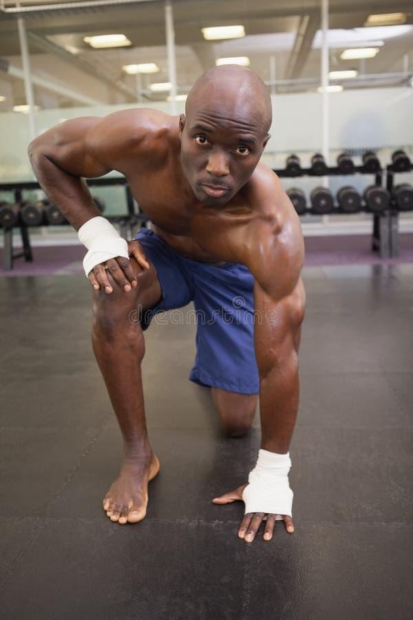 Hemdloser muskulöser Mann an der Turnhalle lizenzfreies stockbild