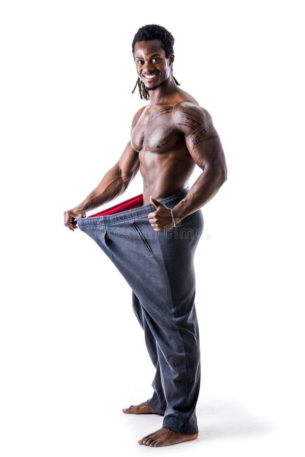 Hemdloser schwarzer männlicher Bodybuilder hat Gewicht verloren stockbild