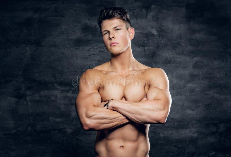 Hemdloser sportlicher Mann auf grauem Hintergrund stockbilder