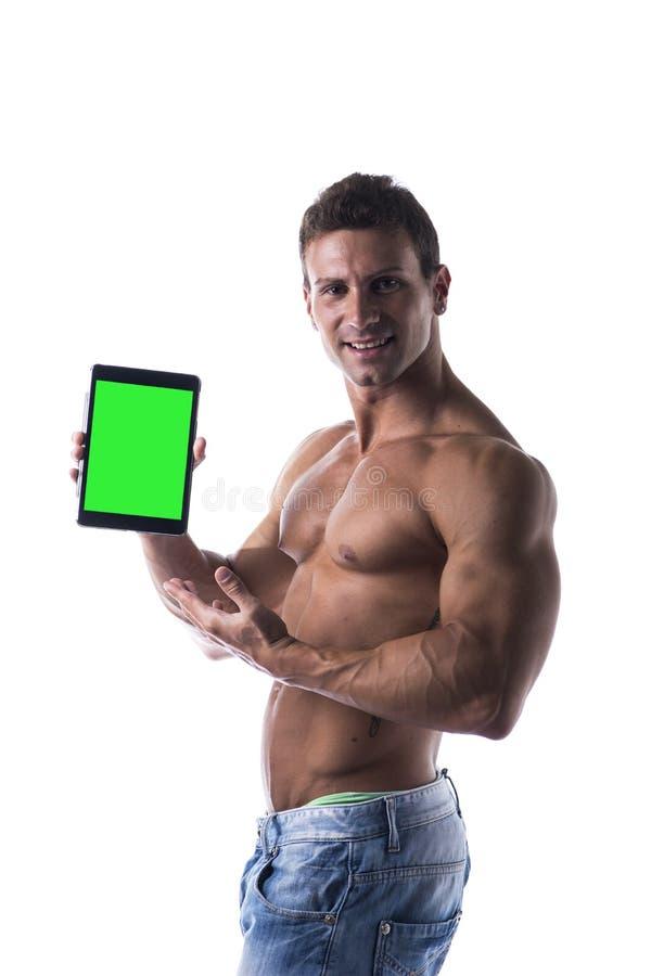 Hemdloses junges männliches bodybuiler, das ebook Leser oder Tablet-PC hält lizenzfreie stockfotos