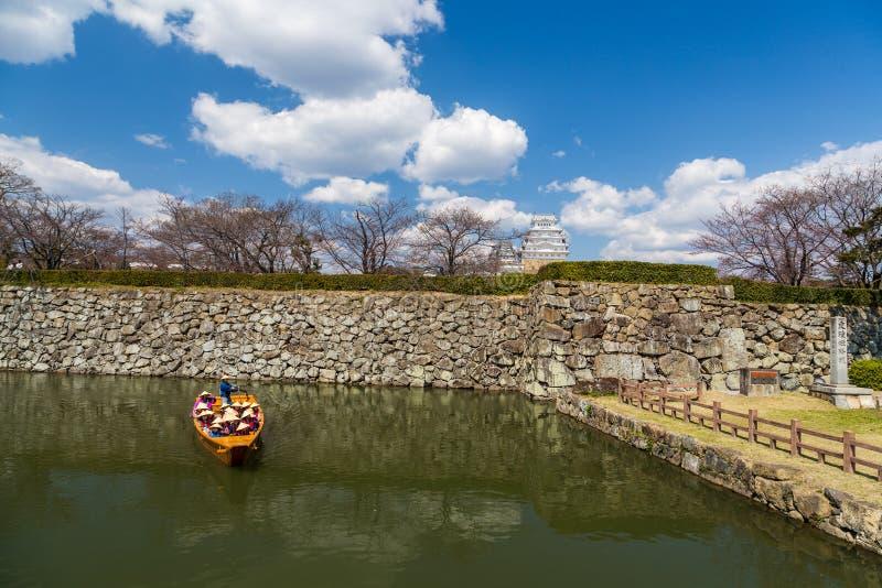 Hemeji slott i vår med den körsbärsröda blomningen och det turist- fartyget, Japan arkivbild