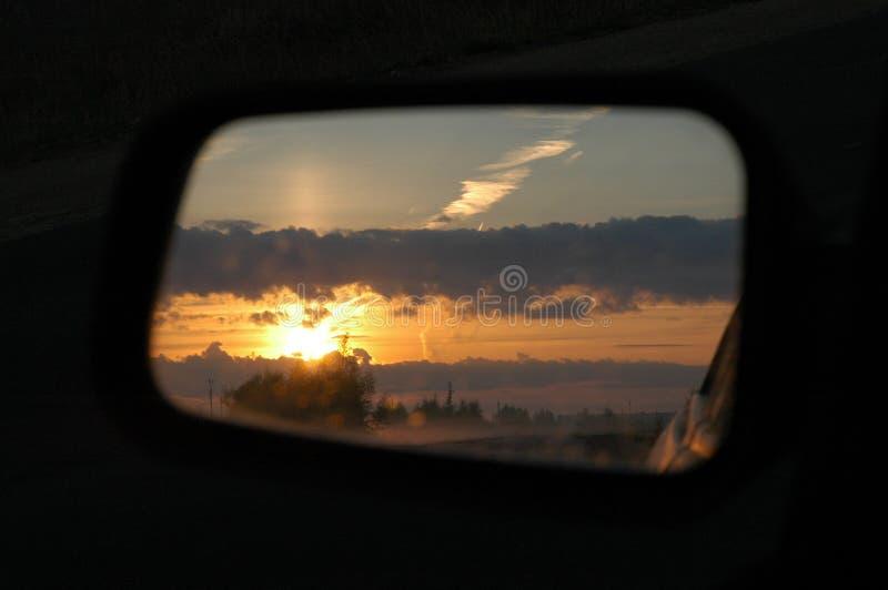 Hemel in auto achterkijker stock fotografie