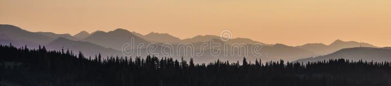 Hemel, bergen en bos royalty-vrije stock afbeeldingen