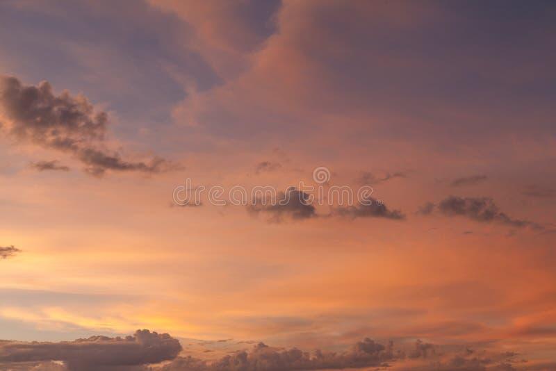 Download Hemel bij zonsondergang stock foto. Afbeelding bestaande uit wolken - 54086166