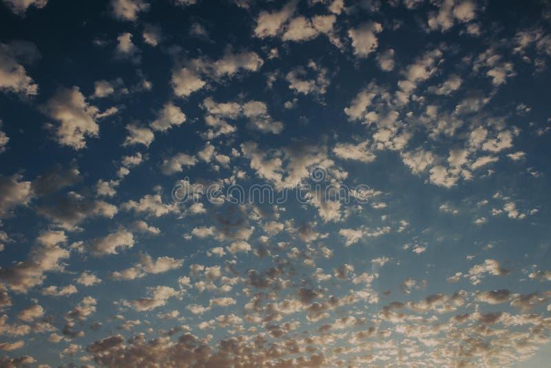 Hemel bij zonsondergang: abstracte kleurrijke wolken: achtergrond en aardconcept royalty-vrije stock afbeelding