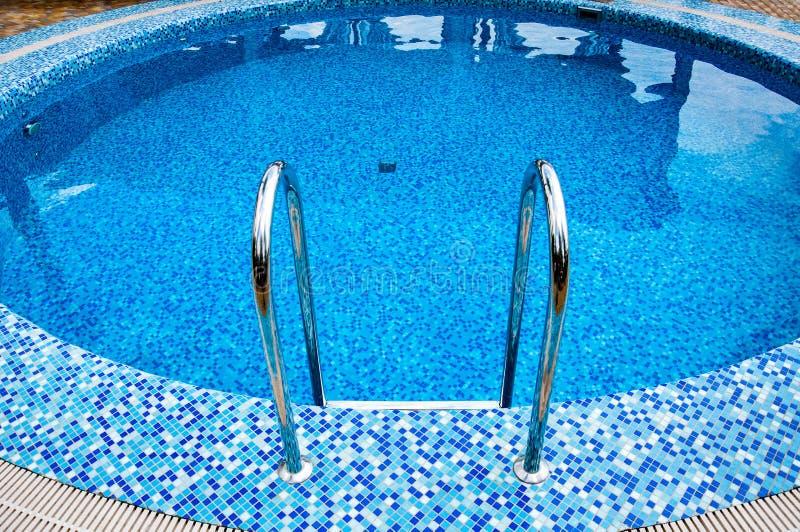 hemel blauw zwembad stock fotografie
