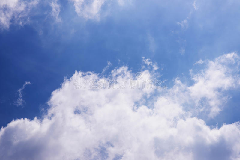 Hemel blauwe en witte wolken stock afbeelding