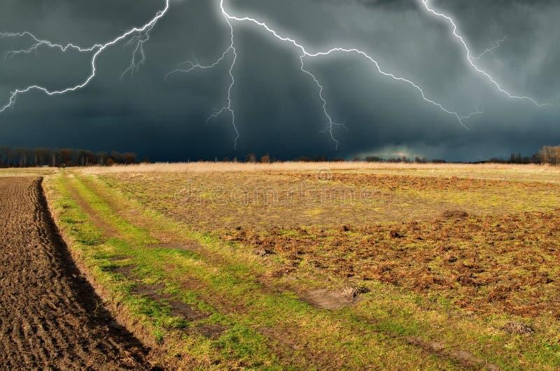 Hemel Bliksem in de hemel Donkere wolken royalty-vrije stock afbeelding