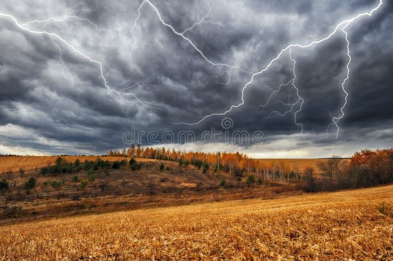 Hemel Bliksem in de hemel Donkere wolken stock afbeeldingen