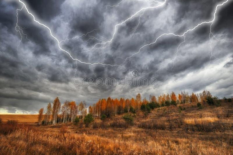 Hemel Bliksem in de hemel Donkere wolken stock afbeelding