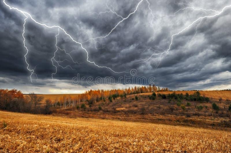Hemel Bliksem in de hemel Donkere wolken royalty-vrije stock foto's