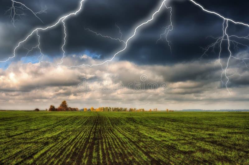 Hemel Bliksem in de hemel Donkere wolken stock foto