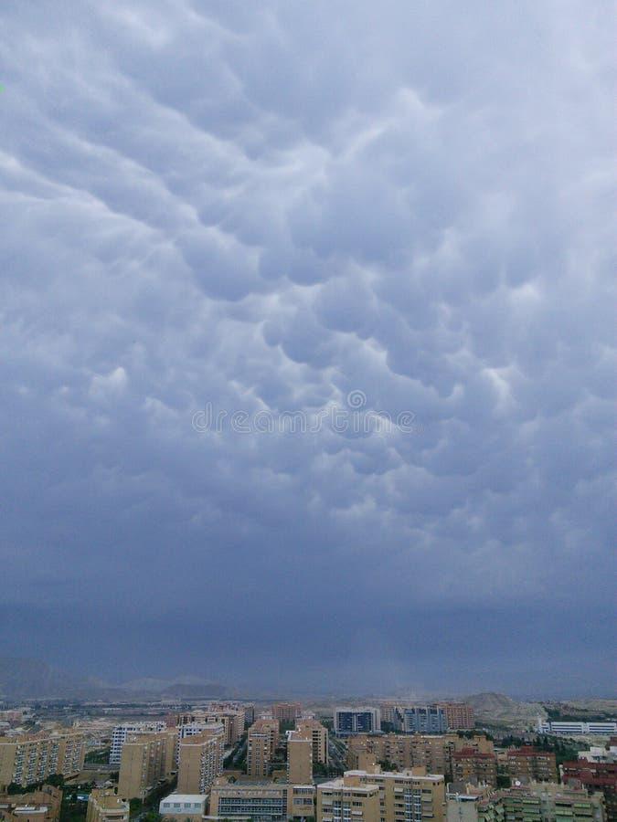 Hemel (cumuluswolken) en Stad stock foto's