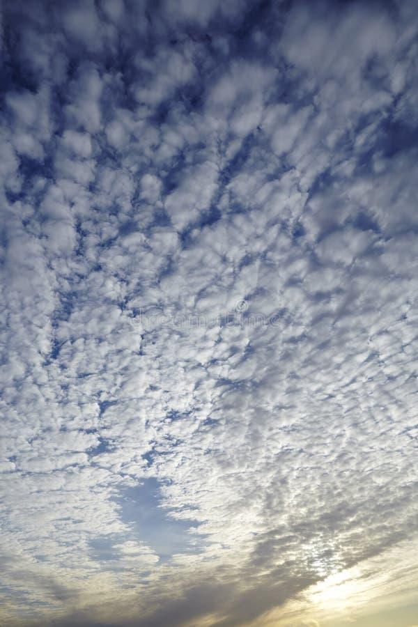 Download Hemel In De Avond Met Vele Kleine Wolken Stock Foto - Afbeelding bestaande uit textuur, wolken: 54092398
